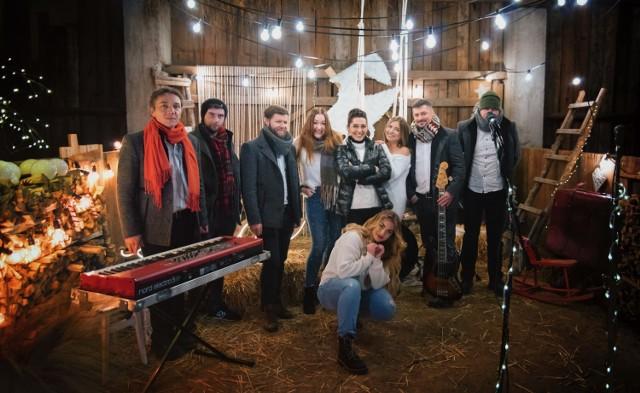"""Grupa przyjaciół zakochanych w muzyce w """"Przytulisku"""" nagrała pastorałkę."""