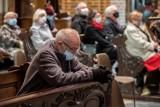 Spowiedź przez telefon i msza św. przed telewizorem? Czy są ważne? Jak uczestniczyć w obrzędach religijnych w pandemii? Stanowisko Watykanu