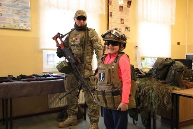 23 marca w Poznaniu i Wielkopolsce  Członkowie załogi Special Operations Forces, odwiedzili uczniów Publicznej Szkoły Podstawowej im. Obrońców Polskości.   Specjalsi odwiedzili uczniów w Starej Wiśniewce