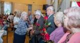 Dni Seniora 2021 w Stargardzie. Urodziny osiemdziesięciolatków. Życzenia, kwiaty i słodki poczęstunek