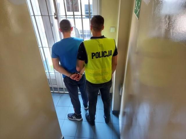 Łowiccy policjanci zatrzymali 3 mężczyzn, którzy kradli na terenie powiatu łowickiego katalizatory.  Zatrzymani to 26-latek z powiatu skierniewickiego oraz 21 i 26-latek z powiatu łowickiego. Mężczyźni usłyszeli już zarzuty prokuratorskie. Grozi im do 5 lat pozbawienia wolności. Prokurator zastosował wobec podejrzanych dozory policyjne połączone z zakazem kontaktowania się oraz zakazem opuszczania kraju.
