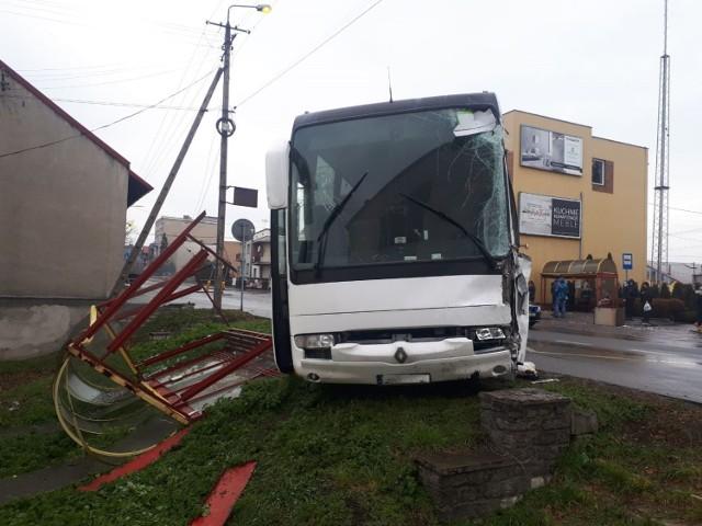 Kolizja w Chełmku. Udział w niej wzięły osobówka, autobus i dwie ciężarówki