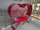 Piękne, czerwone serce na plastikowe nakrętki stanęło przy MZK w Jeleniej Górze
