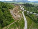 Budowa drogi S1 w Beskidach - zobacz ZDJĘCIA. Jaki jest postęp prac? Na obejściu Węgierskiej Górki widać już podpory estakad i mostów