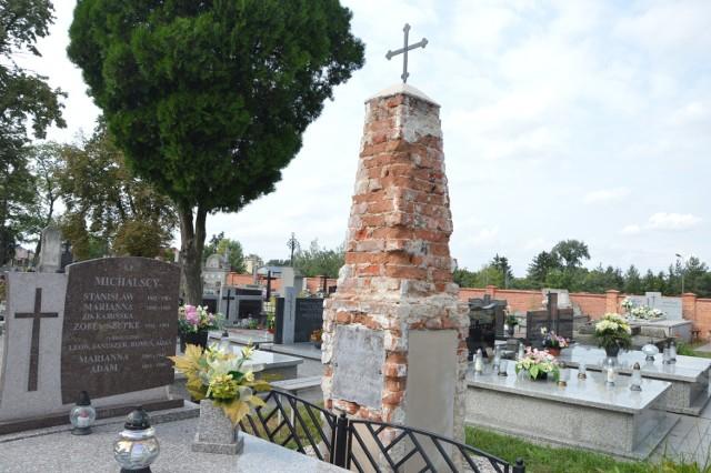 Tak obecnie przedstawia się zabytkowy grób. Następne zdjęcie pokazuje, jak wyglądał on w czasie renowacji