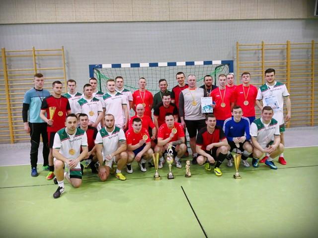 Pamiątkowe zdjęcie trzech najlepszych drużyn całego turnieju: FC Mrągowo, SportGaleria, oraz Auto Centrum
