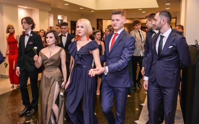 Studniówka VIII Liceum Ogólnokształcącego w Gdańsku odbyła się 12 stycznia w hotelu Mercure. Zobaczcie galerię zdjęć z balu tegorocznych maturzystów tej szkoły!