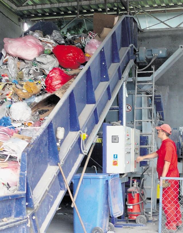 Śmieci trafiają do maszyny, która je rozdrabnia