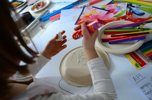 KREATYWNA JESIEŃ W EMPIKU  22 października, godz. 17:30  Empik zaprasza wszystkie dzieci na kolejną edycję jesiennych warsztatów plastycznych. Na zajęciach każdy uczestnik znajdzie coś ciekawego dla siebie. Prowadzący przedstawią najmłodszym różne techniki art&crafts, zaprezentują origami czyli sztukę składania papieru, a także wraz z uczestnikami wyczarują z filcu i modeliny Fimo różnego rodzaju figurki.
