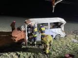 Wypadek w Śniatach. Bus wypadł z drogi, trzy osoby trafiły do szpitala