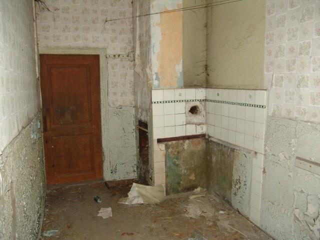 Sprawę opisał serwis trojmiasto.pl. Niepełnosprawny pan Krzysztof żyje w mieszkaniu komunalnym, które według ekspertyz nie nadaje się do użytkowania. Lokal znajduje się na 3. piętrze nieocieplonego budynku z przeciekającym dachem, dokąd lokator musi wspinać się o kuli po schodach. Mieszkanie nie ma gazu, a prąd jest tylko w kuchni i łazience.  Dodatkowo lokum jest bardzo zagrzybione. Lokator musi ogrzewać się przenośnym piecykiem gazowym, bo znajdujący się w mieszkaniu piec kaflowy jest niesprawny i zagraża ludziom. Gmina nie chce jednak przyznać panu Krzysztofowi innego lokalu, bo twierdzi, że to on doprowadził mieszkanie do takiego stanu.