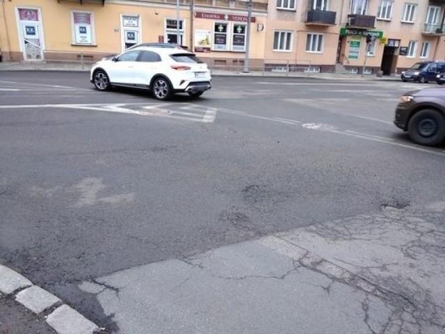 Mieszkańcy Radomia zwrócili uwagę, że u zbiegu ulic Sienkiewicza i 25 Czerwca kruszy się nawierzchnia asfaltowa.