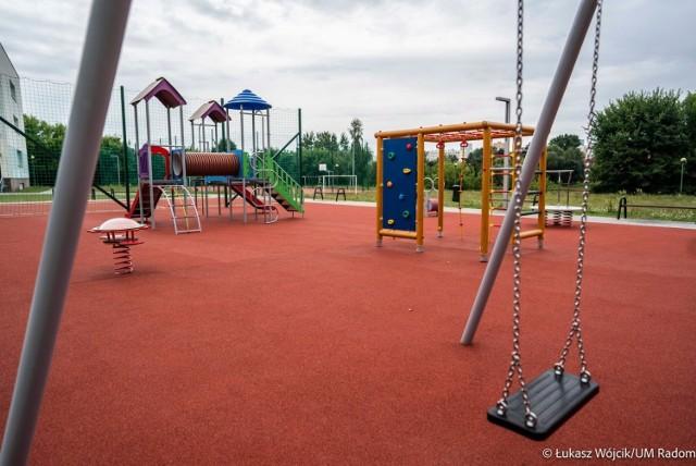 Plac zabaw przy Publicznej Szkole Podstawowej numer 17. Inwestycja powstała w ramach Budżetu Obywatelskiego Radomia 2021.