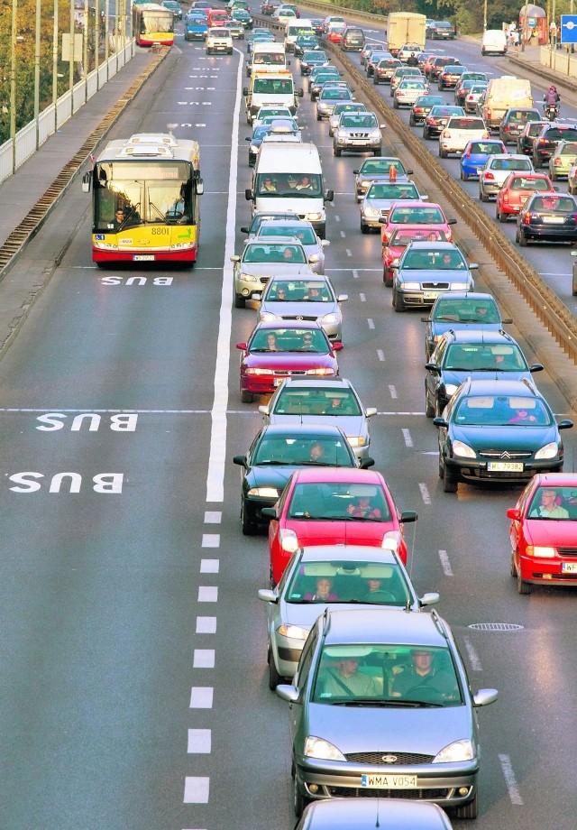 Autobusy jechały Trasą Łazienkowską, auta stały w korku
