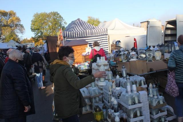 Na Targowisku Miejskim dominuje sprzedaż artykułów związanych z nadchodzącym świętem Wszystkich Świętych.