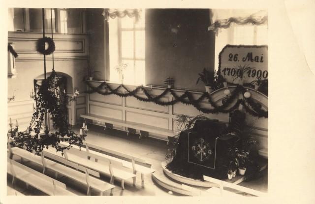 """Wnętrze domu modlitwy braci morawskich w 1900 r. Kliknij w przycisk """"zobacz galerię"""" i przesuwaj zdjęcia w prawo - naciśnij strzałkę lub przycisk NASTĘPNE"""