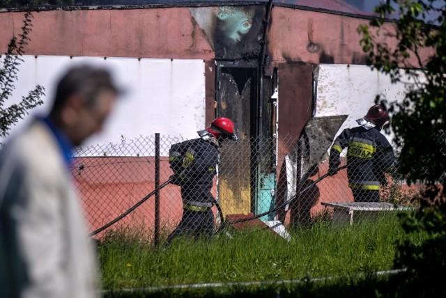 Ogień w pustostanie przy ul. Chodkiewicza w Bydgoszczy zauważono krótko przed godz. 13.30