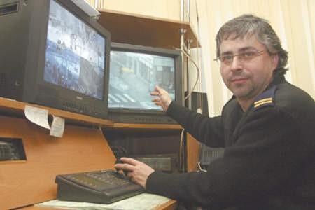Strażnik Paweł Szymański demonstruje możliwości nowych kamer.