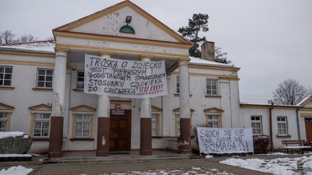 """Ta szkoła to serce naszej wsi"""" - mówią mieszkańcy Piotrkowic w gminie Ślesin.  Foto. Emanuel Szymański"""