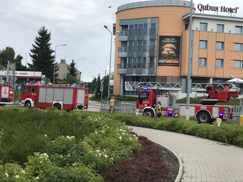 Trzy wozy straży pożarnej, w tym drabina, podjechały w...