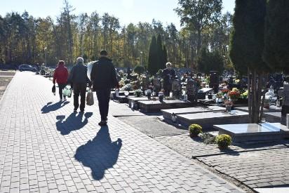 Września: Ludzie intensywnie sprzątają groby. A jutro na cmentarz dojedziemy bezpłatnym autobusem