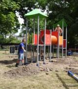 Odnowa placu zabaw dla dzieci na Podzamczu na ukończeniu. Jeszcze tylko cement musi zastygnąć
