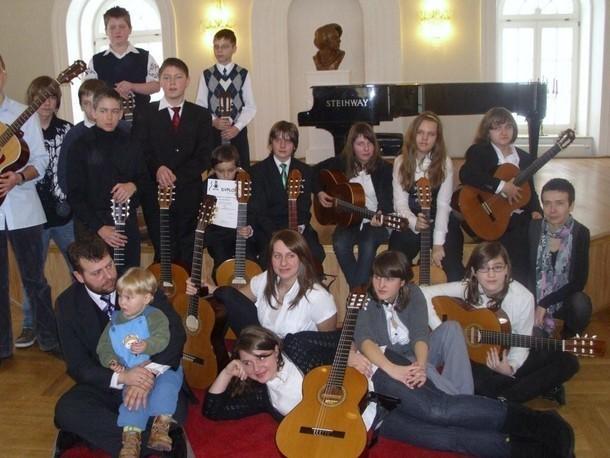 Warsztaty gitarowe w Dusznikach cieszą się uznaniem młodzieży.