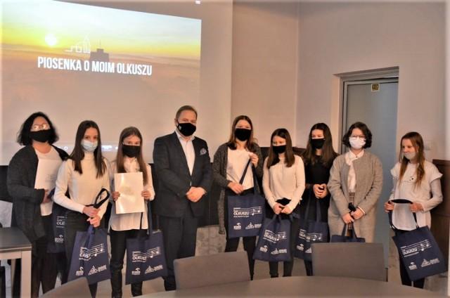 """Uczestnicy projektu """"Piosenki o moim Olkuszu"""" zostali nagrodzeni przez burmistrza Romana Piaśnika."""