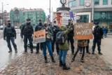 Obrońcy życia i zwolennicy prawa do aborcji ponownie pikietowali  na Półwiejskiej w Poznaniu przed pomnikiem Starego Marycha