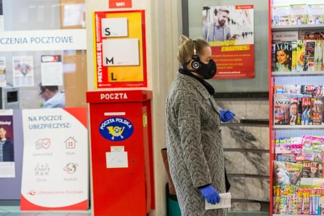 Listonosze, a także kierowcy, pracownicy placówek pocztowych oraz sortowni otrzymają premię za wykonywanie swoich obowiązków w dobie koronawirusa. Jest jednak jeden warunek.