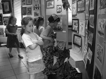 Podczas wakacji dzieciaki uczestniczące w półkoloniach m.in. zwiedzają różne wystawy.  /  JACEK ROJKOWSKI