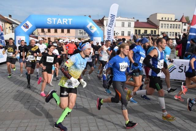Ponad 1200 zawodników i zawodniczek stanęło na starcie 21. PKO Półmaratonu dookoła Jeziora Żywieckiego, który odbył się dzisiaj 10 października w Żywcu