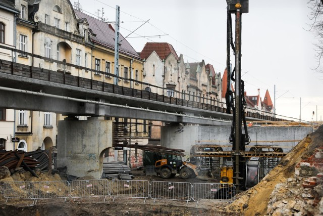 Na nowych estakadach - m.in. wzdłuż ul. Blich - łącznie ułożone zostaną cztery tory