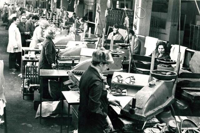 1978. Hala produkcyjna. Dział rozkroju - manipulacja.