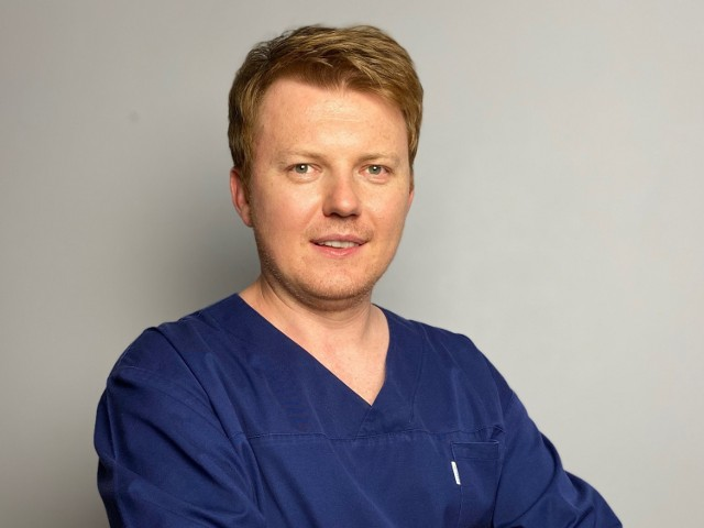 Dr n. med. Andrzej Smętkowski – chirurg ortopeda, specjalizujący się w małoinwazyjnych zabiegach w obrębie kręgosłupa. Doświadczenie w diagnostyce i leczeniu chorób kręgosłupa zdobył podczas pracy w Uniwersyteckim Szpitalu Ortopedyczno-Rehabilitacyjnym w Zakopanem w latach 2006-2019. W kręgu jego  zainteresowań znajdują się zespoły bólowe kręgosłupa (dyskopatia, przepuklina dysku, choroba zwyrodnieniowa kręgosłupa, kręgozmyk) oraz deformacje kręgosłupa (skoliozy i kifozy, zaburzenia balansu kręgosłupa). Dodatkowo specjalizuje się w zastosowaniu technik małoinwazyjnych w chirurgii kręgosłupa (wertebroplastyka, kyfoplastyka, przezskórna stabilizacja kręgosłupa, dyscektomia endoskopowa).