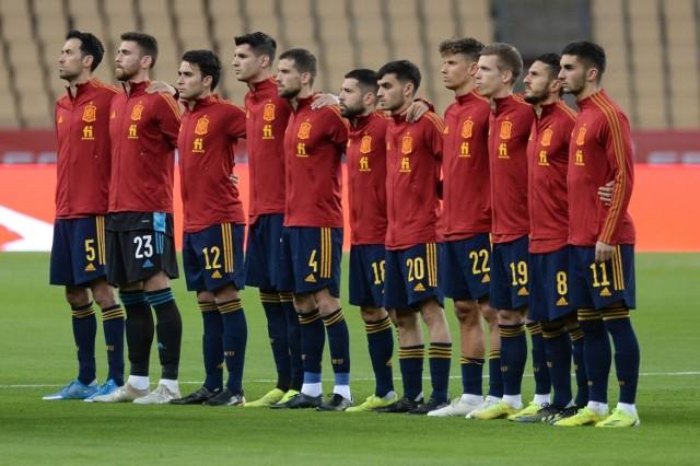 """Reprezentacja Polski zagra dziś o godz. 21. o być albo nie być na EURO 2020. Wyzwanie będzie ogromne, bo drużyna Paulo Sousy zmierzy się w Sewilli z Hiszpanią. Rywale rozpoczęli mistrzostwa Europy od remisu 0:0 ze Szwecją, tym bardziej powinni być głodni zwycięstwa. Na kogo postawi selekcjoner Luis Enrique? Co najmniej na kilku pozycjach ma się nad czym zastanawiać. Sprawdź przewidywany skład Hiszpanów na mecz z Polską!  Uruchom i przeglądaj galerię klikając ikonę """"NASTĘPNE >"""", strzałką w prawo na klawiaturze lub gestem na ekranie smartfonu"""