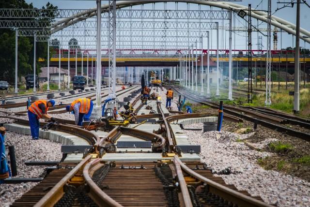 Zaplanowano rozbudowę linii kolejowej C–E 30 na odcinku Opole Groszowice –Jelcz – Wrocław Brochów.  Zobacz więcej na kolejnym slajdzie