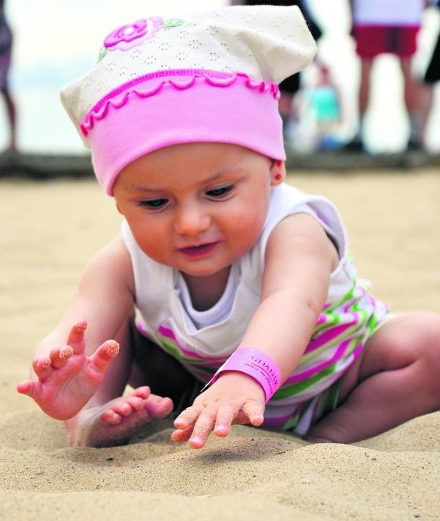 Przez ostatnie 9 lat, czyli od czasu, gdy akcja z opaskami pojawiła się na polskim Wybrzeżu, odnotowano o 60 proc. mniejszą liczbę zagubień maluchów. Opaski są bezpłatne.