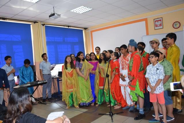 Goście z Indii w nyskiej szkole podstawowej nr 5  Dzieci z