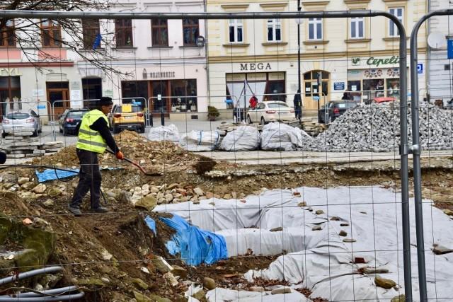 Pod koniec lutego wojewódzki konserwator zabytków nakazał zakopanie odkrytych fundamentów starego ratusza. W czerwcu generalny konserwator zabytków nakazał uchylić tę decyzję