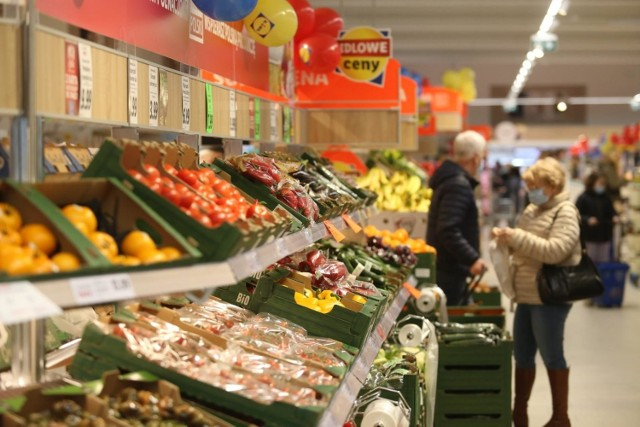 """Najtańsze sklepy w Polsce - nowy ranking 2021. Gdzie zrobimy najtańsze zakupy? W których sklepach zapłacimy najwięcej?   Sprawdź wyniki raportu """"Koszyk Zakupowy"""" ASM Sales Force Agency 2021 na kolejnych slajdach >>>"""