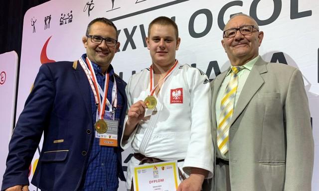 Miłosz Kłos (w środku) został złotym medalistą Ogólnopolskiej Olimpiady Młodzieży. Z lewej Tomasz Jopek, z prawej Józef Jopek