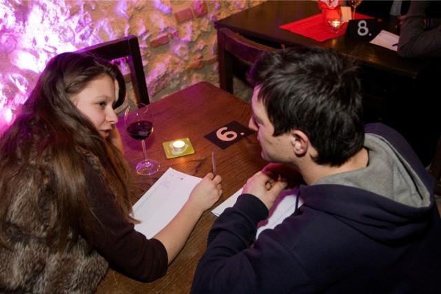 WTOREK Grupa wiekowa do 30. podczas randkowania.
