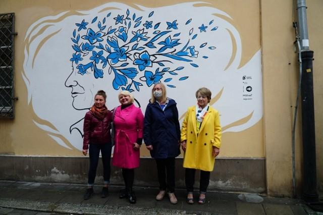 """Odsłonięcie muralu zainaugurowało cykl wydarzeń """"Senioralni Poznań"""". Będą się one odbywać od 5 do 15 października."""