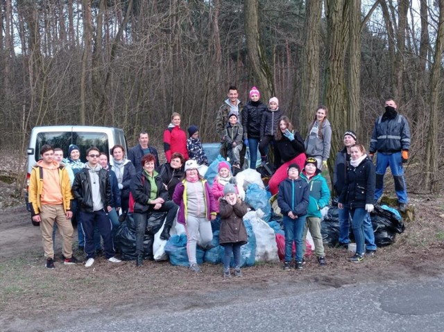 Gmina Książ Wielkopolski: mieszkańcy Zakrzewic posprzątali okoliczny las! Efekt to ponad 100 worków ze śmieciami