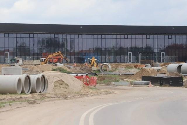 Wewnątrz terminala radomskiego lotniska trwają prace wykończeniowe. Równolegle budowane są drogi dojazdowe do portu. Powstaną parkingu i dworzec autobusowy.