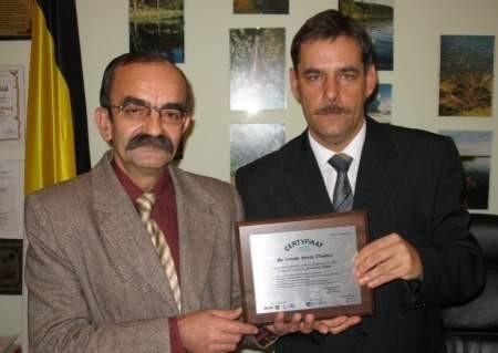 Certyfikat prezentują wiceburmistrz Edward Pietrzyk (z lewej) i burmistrz Arseniusz Finster. FOT. WOJCIECH PIEPIORKA