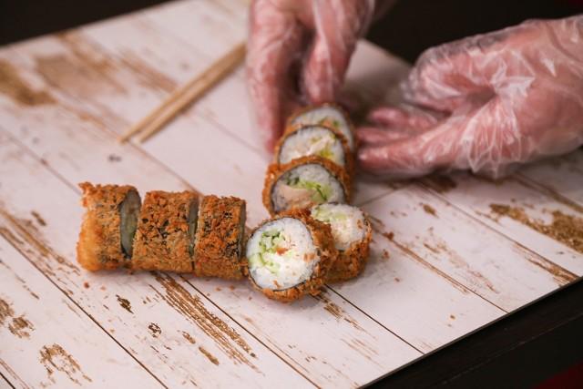 Zebraliśmy najwyżej oceniane restauracje z sushi w Poznaniu. W naszym rankingu przedstawiono TOP 15 lokali, które mają najwięcej pozytywnych opinii w Google. Za podstawę wybraliśmy ocenę powyżej 4,5 wystawioną przez co co najmniej 100 osób.  By zobaczyć ranking, przejdź dalej ----->