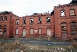 Zawalił się dach pustostanu przy ul. Szewczenki w Legnicy, strażacy przeszukali ruinę