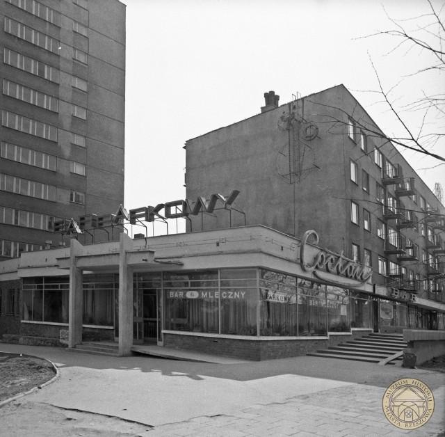 Bar mleczny w Rzeszowie, róg ulic Dąbrowskiego i Chrzanowskiej, 1976 r.